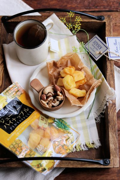 紅茶と、ドライパイナップルと。