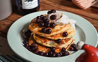 ブルーベリーパンケーキ – ブルーベリーシロップ仕立て
